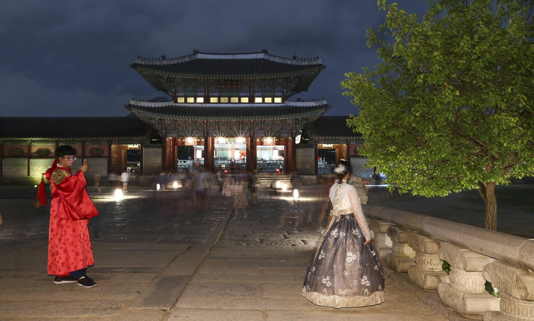 경기도 일산에서 온 고3 관람객이 영제교를 배경으로 기념촬영을 하고 있다. 영제교는 흥례문과 근정문 사이에있다.  임현동 기자