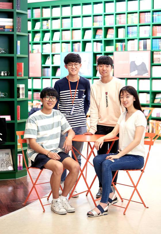 김정모(뒷줄 왼쪽)·김윤혁(뒷줄 오른쪽) tong 청소년기자가 '전국 중고생 자원봉사 대회'에서 수상한 최정태(앞줄 왼쪽)·성수림(앞줄 오른쪽) 학생을 만나 청소년들의 봉사활동에 대한 이야기를 나눴다.