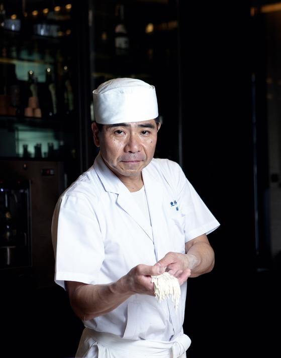 눈처럼 새하얀 소바로 유명한 일본의 소바 명가 사라시나 호리이의 9대손 요시노리 호리이(56) 셰프가 직접 만든 메밀 면을 들고 있다. [사진 웨스틴 조선호텔]