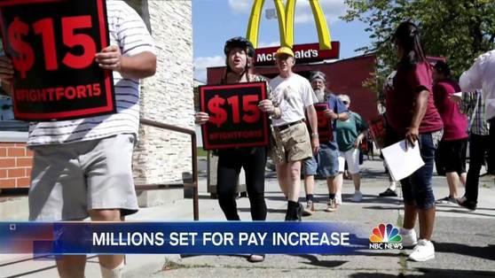 미국에서 최저임금 인상 요구는 맥도널드 등 패스프푸드점에서 일하는 근로자들을 중심으로 확산되고 있다. 시위대가 시간당 최저임금 15달러를 요구하며 행진하고 있다. 미국 연방 최저임금은 7.25달러이며, 주에 따라 10달러대가 많다. [중앙포토]