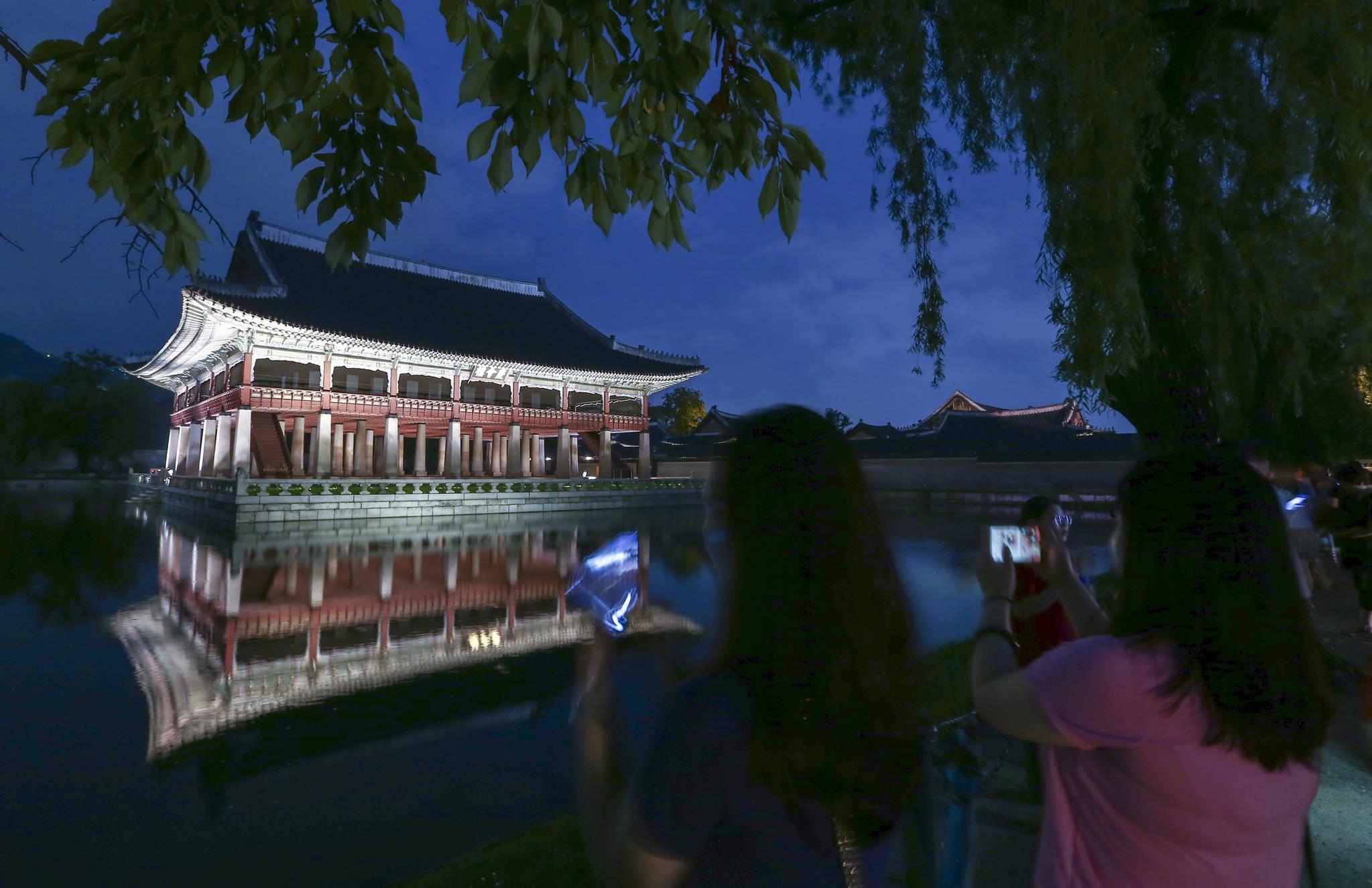 경복궁 야간특별관람이 시작된 16일 오후 관람객들이 경회루를 카메라에 담고 있다. 임현동 기자