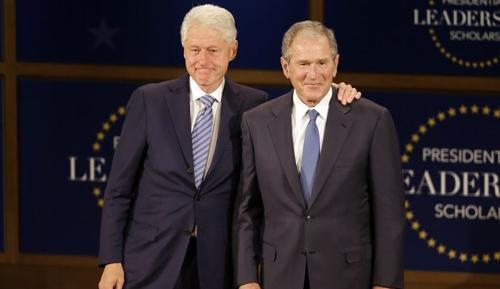 13일(현지시간) 행사에 함께 참석한 빌 클린턴 전 미국 대통령(왼쪽)과 조지 W. 부시 전 미국 대통령 [AP=연합뉴스]