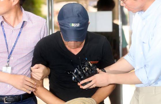 졸음운전 사고를 낸 버스운전 기사 김모씨가 17일 오전 영장실질심사를 받기 위해 서울중앙지법에 들어서고 있다. [연합뉴스]