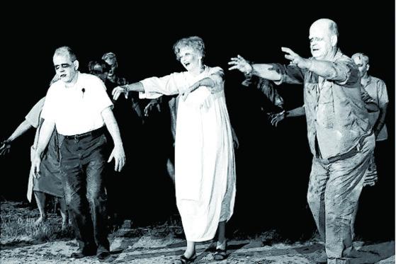 로메로 감독의 데뷔작이자 좀비영화의 고전이 된 1968년작 '살아있는 시체들의 밤'.