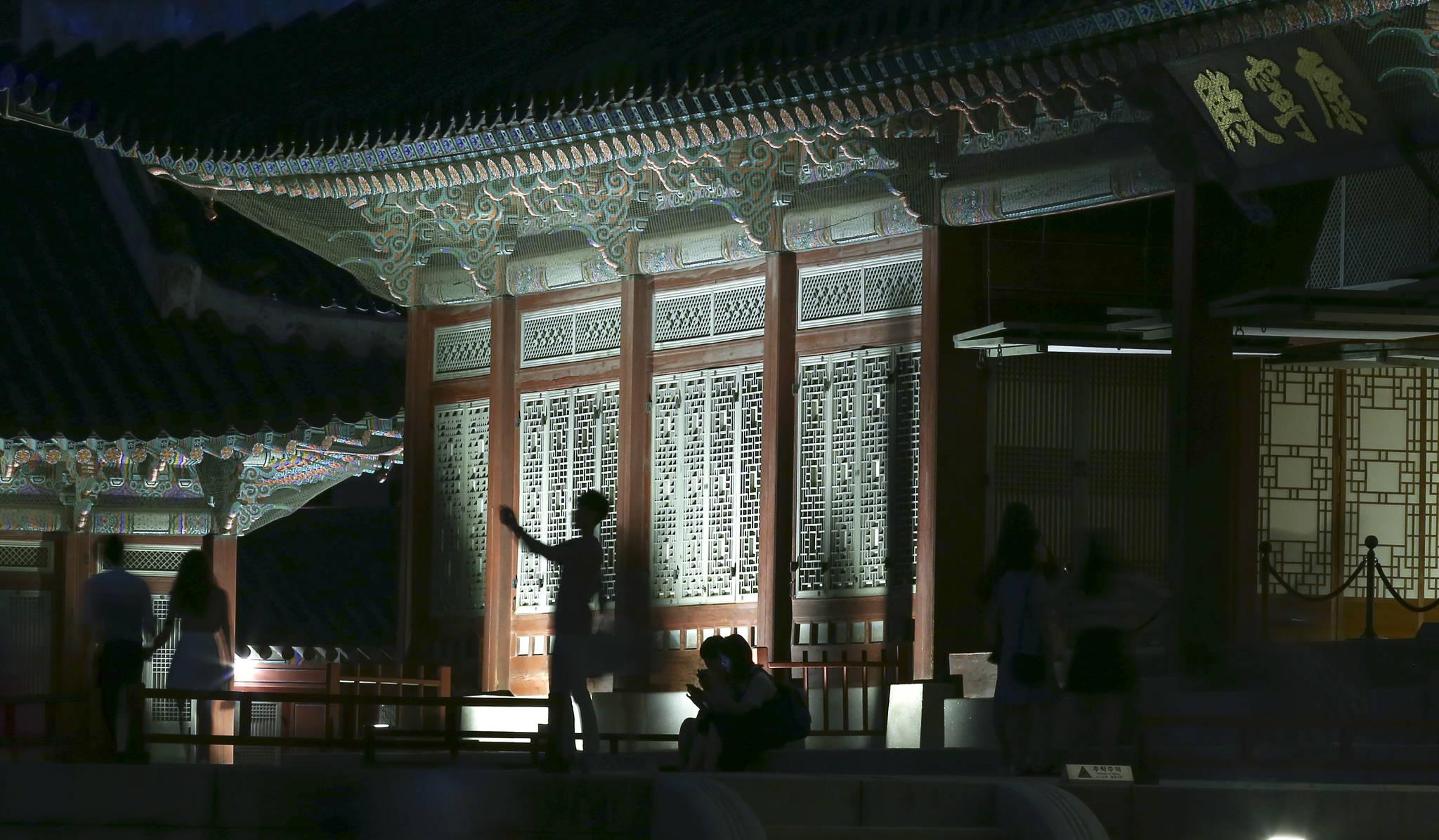 왕이 잠을 자는 강녕전에서 관람객들이 기념촬영을 하고 있다. 임현동 기자