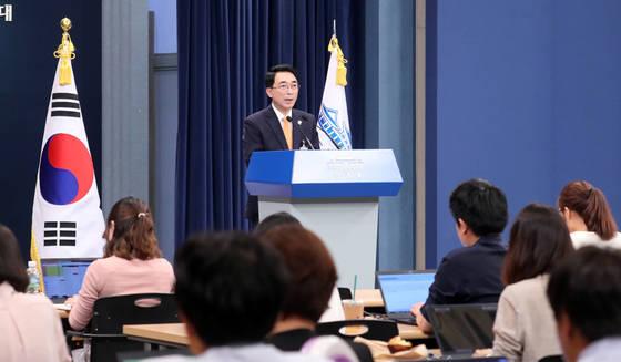 청와대 박수현 대변인이 17일 오전 청와대 춘추관에서 차관급 인사를 발표하고 있다. [연합뉴스]