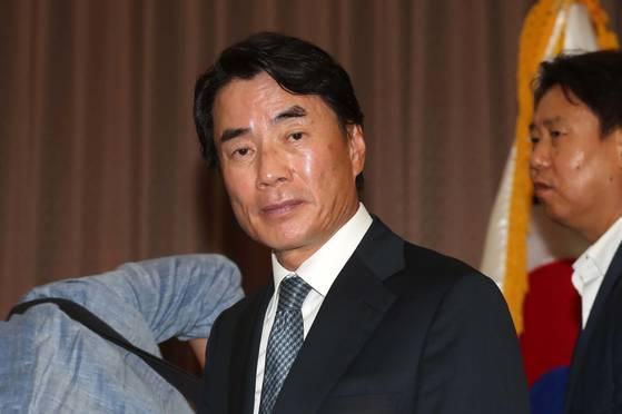 자신의 차를 모는 운전기사에 폭언으로 물의를 빚은 이장한 종근당 회장이 14일 서울 충정로 본사 대강당에서 공식 사과문을 발표한 뒤 자리를 뜨고 있다. [중앙포토]