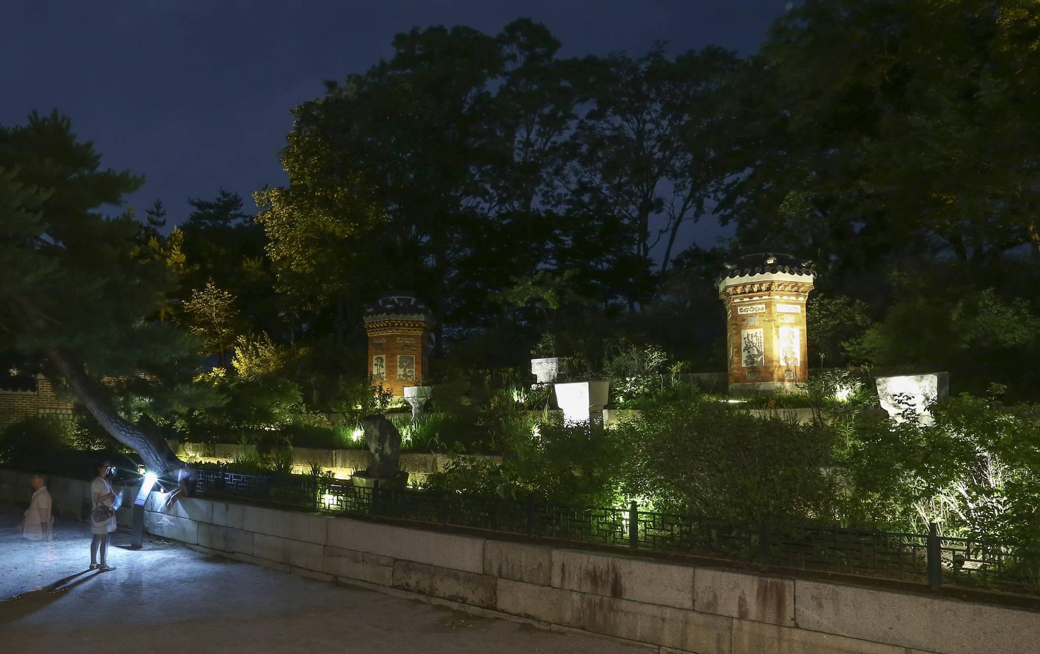 아미산 정원과 굴뚝. 아미산 정원은 경회루 연못을 만들때 퍼낸 흙으로 만들었다. 임현동 기자