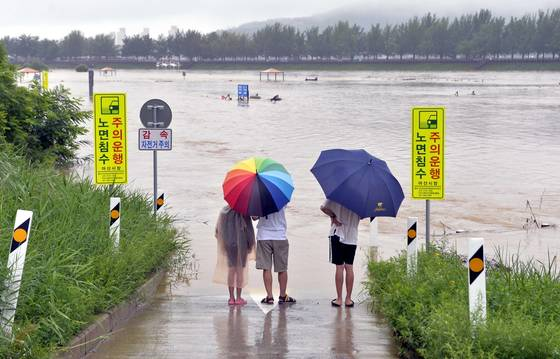 호우경보가 내려진 지난 16일 오후 충남 아산시 곡교천 둔치가 폭우로 침수돼 있다. [프리랜서 김성태]