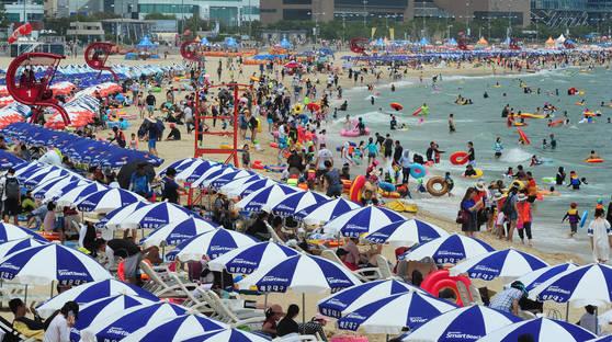 지난 16일 오후 부산 해운대해수욕장을 찾은 많은 피서객들. 신입사원에게 휴가는 '언감생심'일까. [중앙포토]