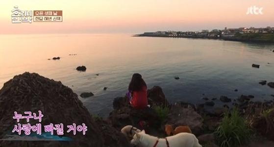 석양을 보며, 대화를 나눈 이효리와 아이유. [사진 JTBC 캡처]