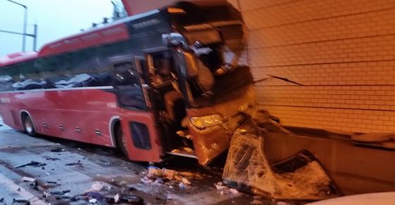 지난해 7월 17일 4명이 숨지고 38명이 다친 영동고속도로 봉평 터널 5중 추돌 사고. [중앙포토]