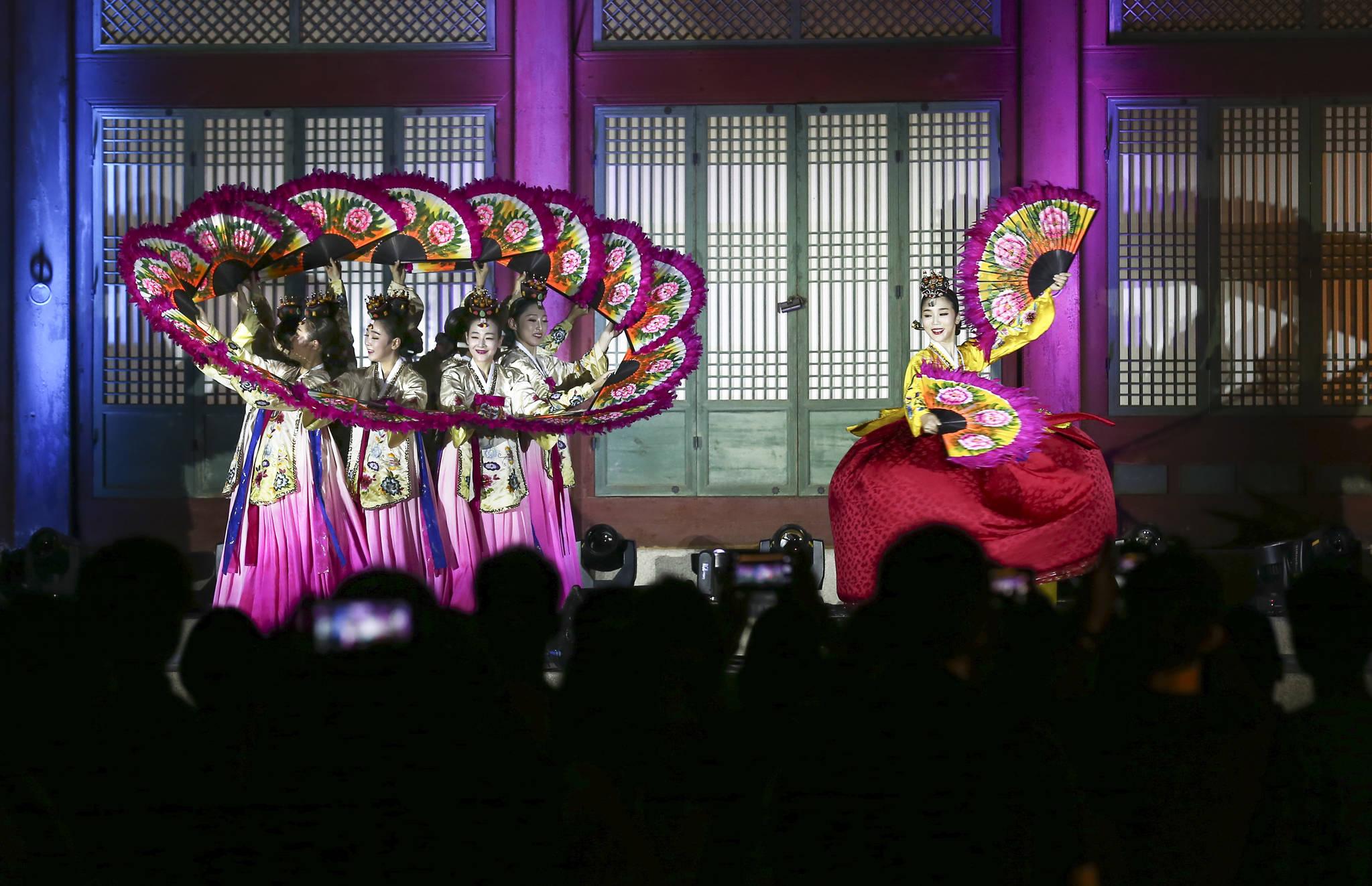 경복궁 야간특별관람 때 수정전 앞에서 전통공연이 열린다. 무용수들이 부채춤을 선보이고 있다. 임현동 기자
