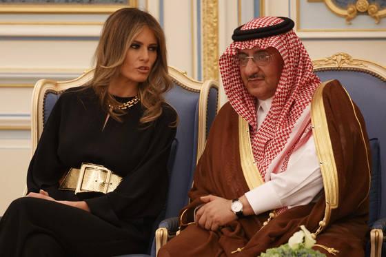 사우디 아라비아 왕세자 무하마드 빈 나예프와 함께한 멜라니아 트럼프 [AP=연합뉴스]