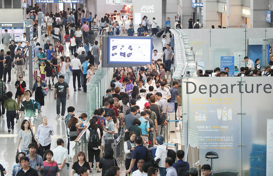 지난 14일 오전 인천공항 출국장이 휴가를 떠나는 여행객으로 붐비고 있다. [연합뉴스]