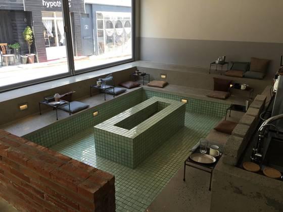 목욕탕 컨셉트로 내부를 꾸민 서울 한남동 카페 '옹느세자메'. 간판도 없는 이 카페는 목욕탕 인테리어로 유명세를 탔다. [사진 옹느세자메]