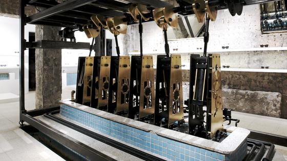 젠틀몬스터 계동 매장. 작은 탕 안에 전시용 피스톨 기계를 설치했다. [사진 젠틀몬스터]