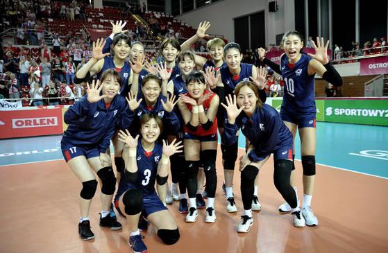 17일 홈팀 폴란드와의 2017 월드 그랑프리 E조 3차전에서 3-1로 승리를 거둔 한국 여자배구 대표팀. 그랑프리 5승째를 기념해 손가락 5개를 펼치고 있다. [사진 국제배구연맹]