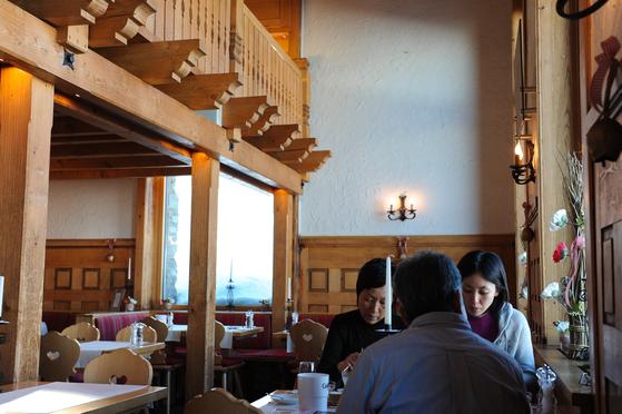 3100 쿨름 호텔은 일본인들의 버킷리스트라 한다. 일본인 방문객들은 마치 성지순례라도 온듯 엄숙하게 호텔에서 시간을 보낸다.