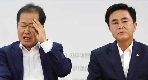 홍준표 자유한국당 대표가 17일 오전 서울 여의도 당사에서 열린 신임 주요당직자 회의에서 발언을 마친 뒤 안경을 만지고 있다. 홍 대표의 왼쪽으로 김태흠 최고위원이 앉아있다. [연합뉴스]