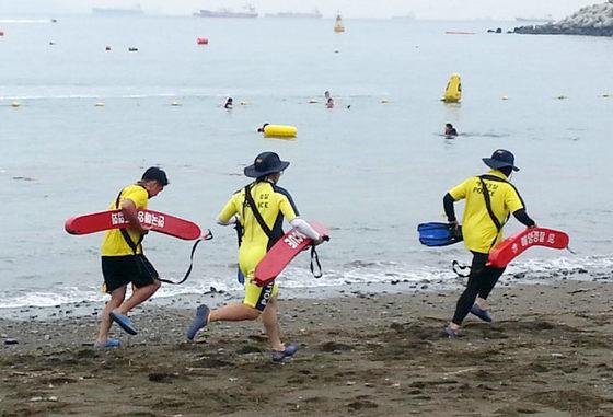 지난해 8월 전남의 한 해수욕장에서 해경 대원들이 구조활동을 하는 모습. [연합뉴스]