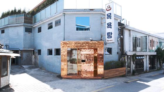 선글라스 브랜드 젠틀몬스터의 서울 계동 매장. 50년 넘은 이 목욕탕은 2016년 없어질 위기를 맞았지만 그 모습 그대로 매장이 됐다. [사진 젠틀몬스터]