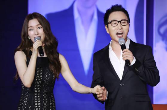 부녀 가수 김종환(오른쪽)·리아킴이 13일 신곡 발표 기념 기자회견장에서 노래하고 있다. [김민규 기자]