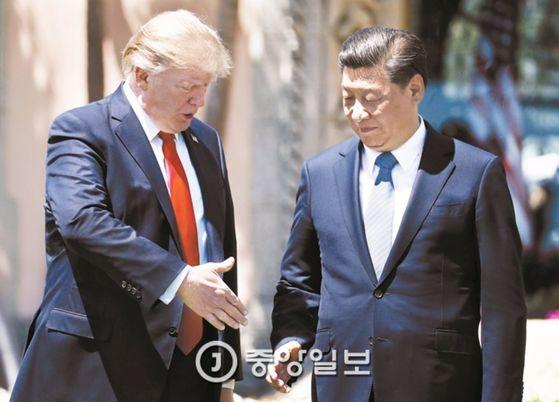 도널드 트럼프 미국 대통령(왼쪽)이 지난 4월 7일(현지시간) 플로리다주 팜비치 마라라고 리조트에서 정상회담을 마친 뒤 시진핑 주석에게 악수를 청하고 있다. 두 정상은 이날 북핵 억제를 위해 협력을 강화하기로 뜻을 같이했다. [중앙포토]