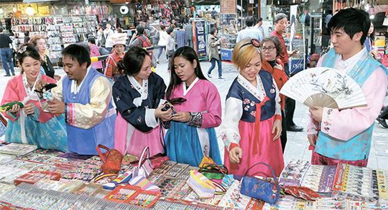 유커의 빈자리를 동남아 여행객이 채우며 여행시장 다변화가 이뤄지고 있다. 서울 남대문시장에서 동남아 여행객들이 쇼핑을 즐기고 있다. [중앙포토]