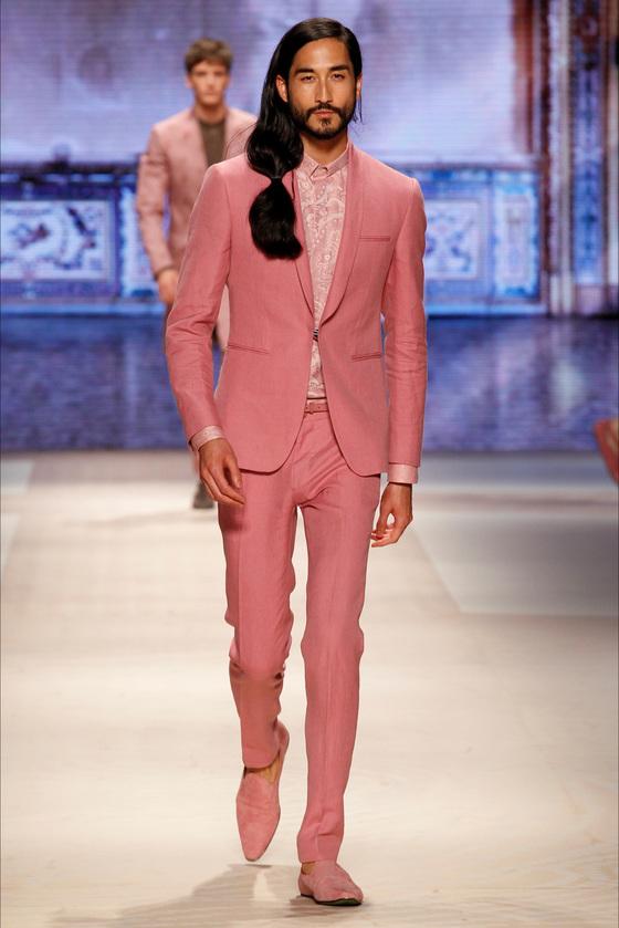 에트로의 2016 봄여름 컬렉션. 여성의 컬러라는 올 핑크를 남성복에 적용시켰다. [중앙포토]