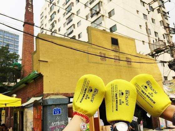 서울 마포구 아현동 행화탕. 6월 28일 '예술로 목욕하는 날' 행사의 입장권인 때수건을 손에 끼고 사진을 찍었다. 윤경희 기자
