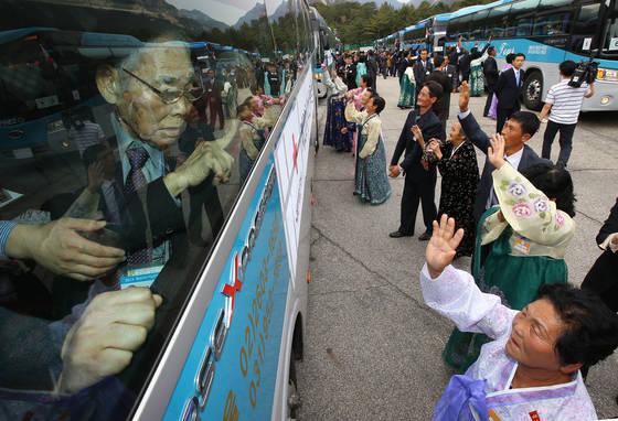 대한적십자사가 17일 오전 북한에게 남북이산가족 상봉행사를 위한 남북적십자회담 개최를 제안했다. 사진은 지난 2015년 10월 금강산에서 열린 제20차 이산가족 상봉행사. [연합뉴스]