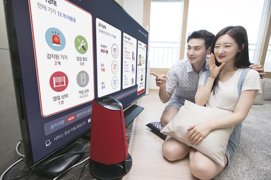 KT의 '기가지니 아파트' 플랫폼이 적용된 AI 아파트는 음성을 인식해 집 안팎 을 제어한다. [사진 KT]