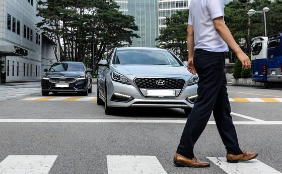 현대·기아차가 내년 출시 신차부터 순차적으로 적용하는 안전기술인 전방충돌방지보조장치(FCA). [사진 현대기아차]