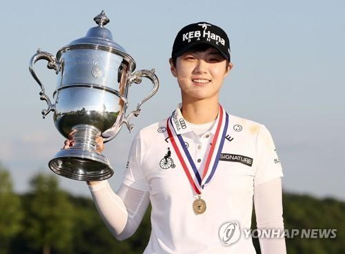 박성현이 17일(한국시각) LPGA투어 US여자오픈에서 생애 첫 메이저대회 우승컵을 들어 올렸다. [AFP=연합뉴스]