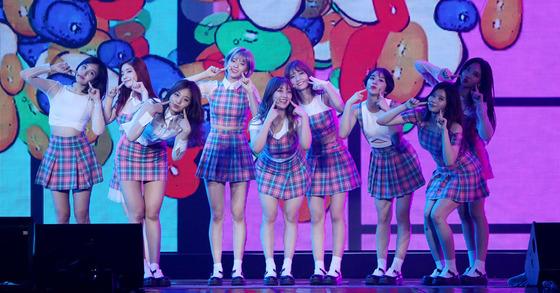 걸그룹 트와이스가 일본 10대들 사이에서 인기다. [사진 중앙일보]
