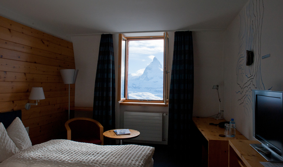 호텔 객실에서 본 마테호른. 아담한 객실에서는 기분 좋은 향기가 났다. 알프스에 사는 '아롤라 파인' 나무 향기다.