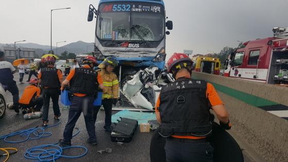 지난 9일 경부고속도로 양재나들목 부근에서 벌어진 광역버스 추돌 사고 현장 [사진 독자]