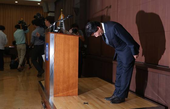 자신의 차를 모는 운전기사에 폭언으로 물의를 빚은 이장한 종근당 회장이 14일 서울 충정로 본사 대강당에서 공식 사과문을 발표한뒤 고개를 숙이고 있다. [중앙포토]