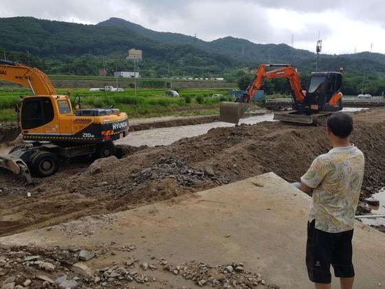 청주시 상당구 월오동 월오천 둑이 무너지면서 농로가 끊긴 현장을 한 주민이 바라보고 있다. 최종권 기자