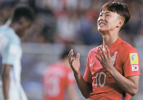 이승우는 지난달 막을 내린 20세 이하FIFA 월드컵에서 발군의 골 결정력을 선보여 유럽명문 축구클럽들로부터 러브콜을 받았다.[중앙포토]