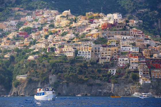 이탈리아 캄파니아는 아름다운 해안마을을 품은 최고의 휴양지다. 캄파니아 소도시 포지타노의 아찔한 해안절벽에 성냥갑 같은 집이 들어서 있다.