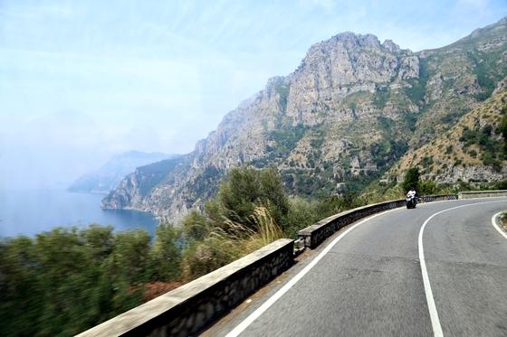 소렌토에서 아말피까지 이어진 163번 국도. 이탈리아 현지인도 생애 한 번쯤은 달려보고 싶은 꿈의 드라이브 코스다.