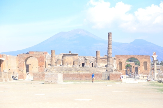캄파니아에 간다면 폼페이에 들르고, 폼페이에 간다면 반드시 아침 일찍 서둘러 입장할 것. 고대 유적지의 적막함을 느끼기 위해서다.
