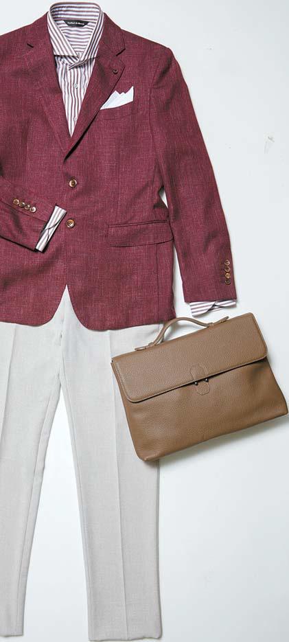 반하트 디 알바자의 버건디 재킷, 줄무늬 셔츠, 베이지 바지, 화이트 포켓 행커치프. 무크의 버건디 구두, 팔라의 브라운 가방, 페레가모 by 갤러리 어클락의 시계.