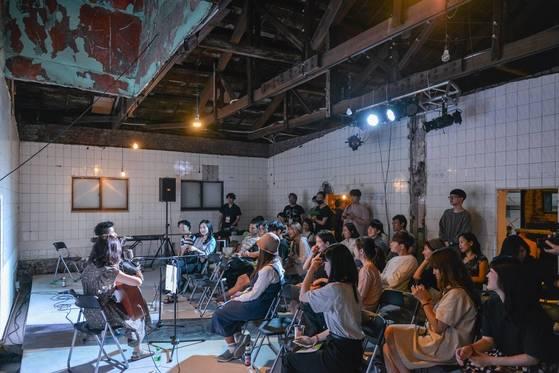 지난 5월 31일 손님이 없어 문을 닫았던 서울 아현동의 동네 목욕탕 '행화탕'에 공연을 즐기는 사람들이 가득 차 있다.[사진 축제행성·채드박]