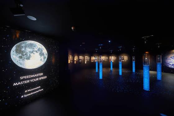 서울 청담동 오메가 플래그십스토어에 마련된 인류의 첫 달 탐험에 함께한 시계 '오메가스피드마스터'의 60주년 기념 전시회 내부 모습. 마치 우주공간처럼 꾸몄다.[사진 오메가]