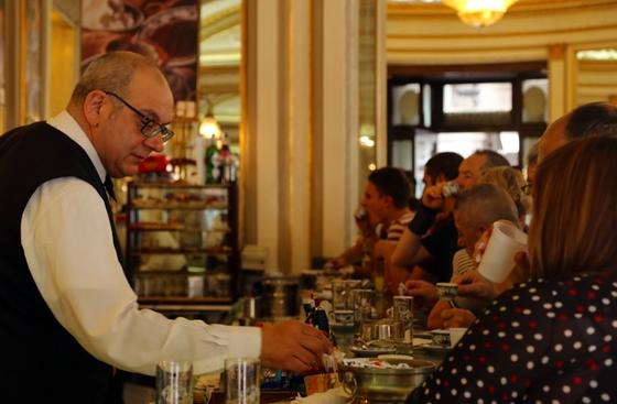 1890년 문을 연 나폴리 카페, 감브리누스. 이탈리아 여느 카페처럼 서서 먹어야 싸다.