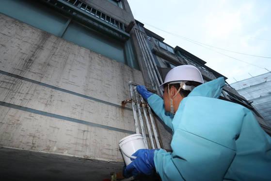 지난 14일 서울 은평구의 한 다세대주택 가스관에 특수형광물질을 바르는 작업이 진행 중이다.[김경록 기자]