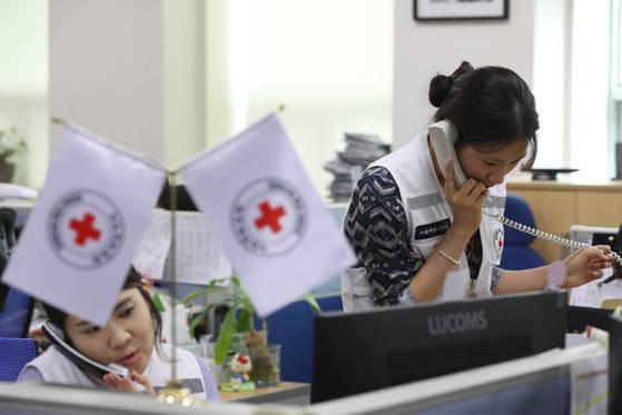 대한적십자사는 17일 이산가족 상봉을 위한 적십자 회담을 오는 8월 1일 열자고 북한에 공식 제안했다. 이날 서울 남산동 적십자사에서 남북교류팀 직원들이 상봉과 관련된 전화 상담을 하고 있다. [김경록 기자]
